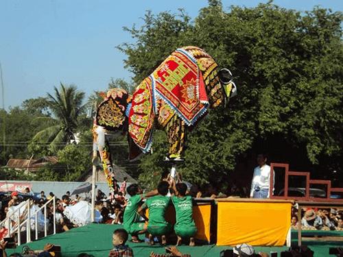 Táncoló elefánt fesztivál akrobata